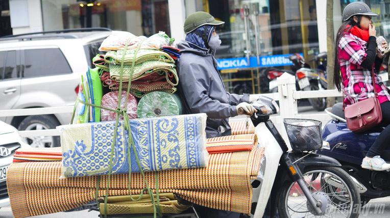 Người Việt làm tỉ thứ việc trên xe máy