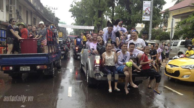 """Ngày 3 hành trình Bắc Lào: """"Chết mê"""" với tục té nước ở Lào"""