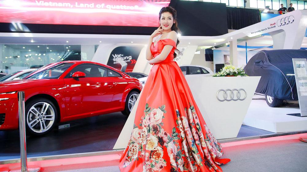 Á hậu Dương Tú Anh lộng lẫy bên xe sang Audi