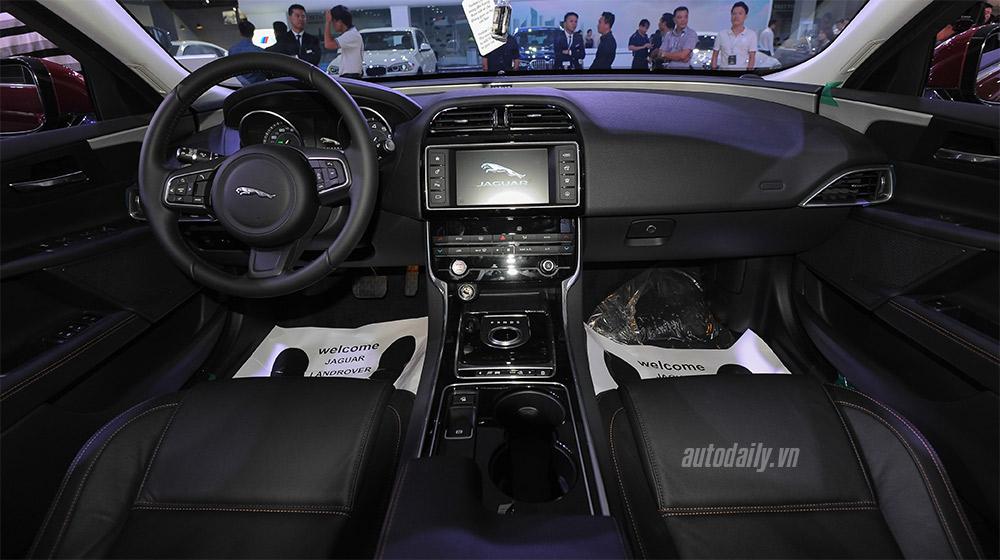 Jaguar XE (3).jpg