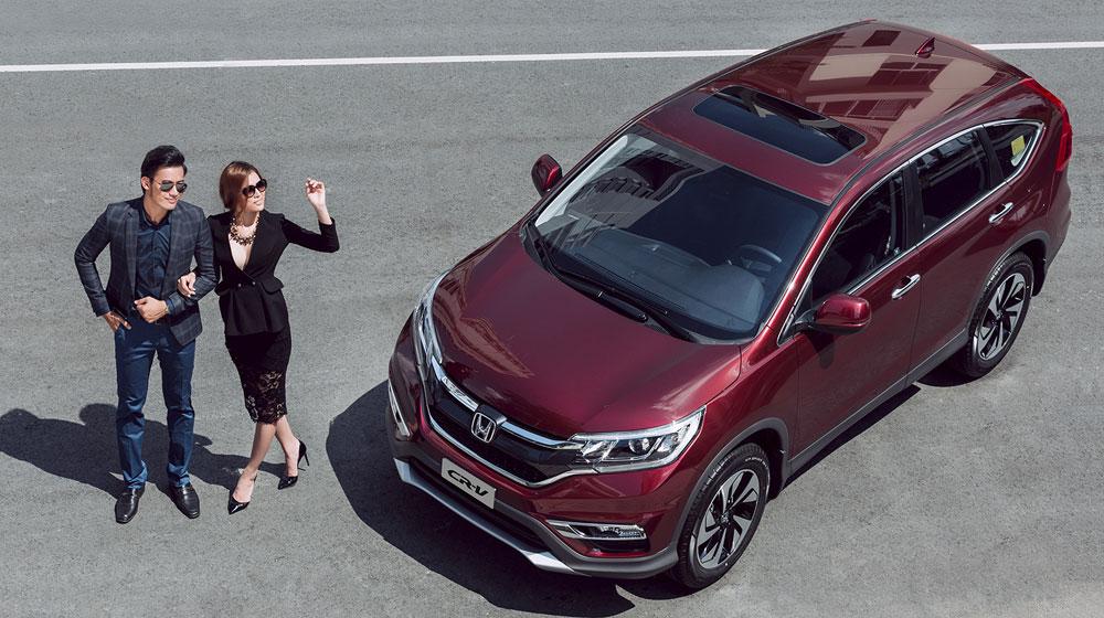 Cặp đôi người mẫu khoe dáng bên Honda CR-V