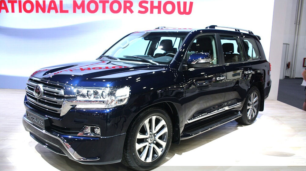 2016-Toyota-Land-Cruiser-facelift-front-quarter-at-2015-Dubai-Motor-Show.jpg