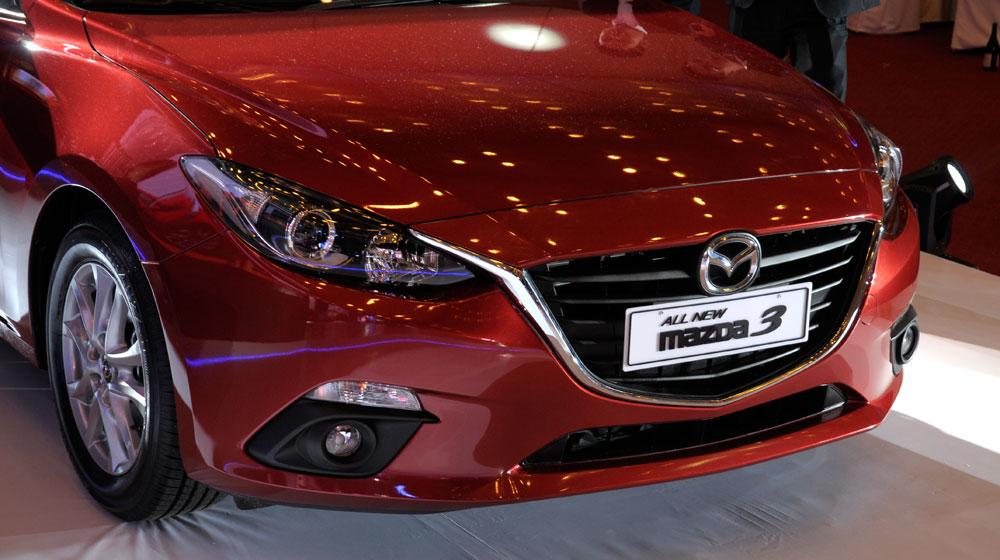Bán xe Mazda 3 Hatchback đời 2015 màu trắng giá 700 triệu