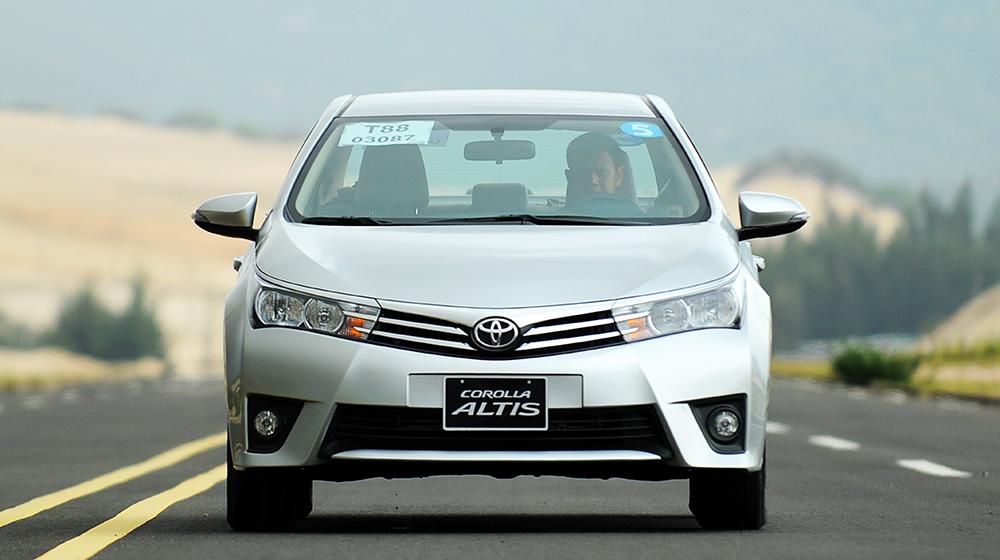 Chevrolet_Cruze_Vs_Toyota_Corolla_Altis (14).jpg