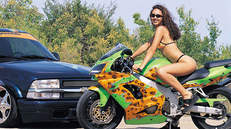 Người đẹp sexy bên xe máy độ