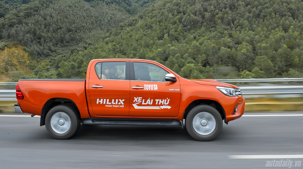 Chi tiết Toyota Hilux 3.0AT 2015