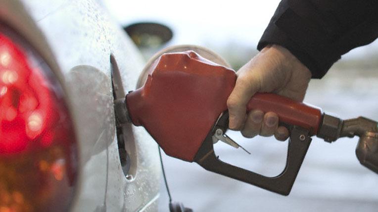 xang-dau.jpg Xăng, dầu giảm giá từ 4h chiều nay - xang dau - Xăng, dầu giảm giá từ 4h chiều nay